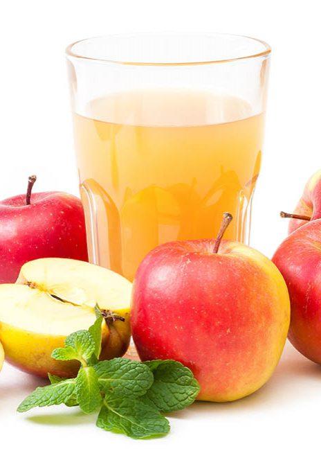 Rote Äpfel und frischer Apfelsaft im Glas, essen und trinken, e